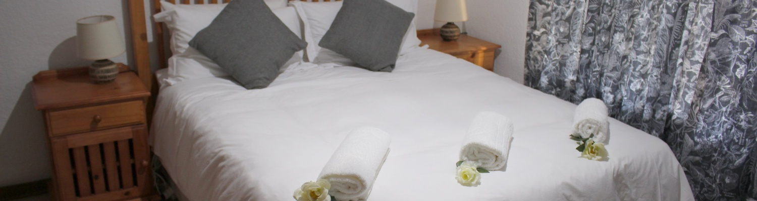 Comfortable bedroom with spacious en-suite bathroom, Autumn Breeze Manor and Lodge B&B