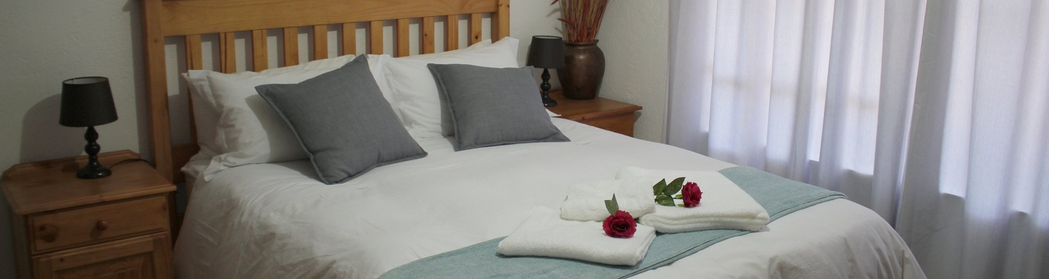 Fair size bedroom with en-suite bathroom, Autumn Breeze Manor and Lodge B&B