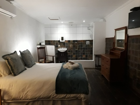 Luxury private room for a couple, Autumn Breeze Manor and Lodge B&B